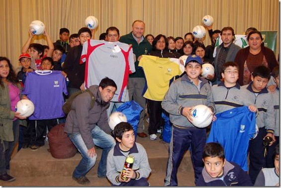 14 instituciones recibieron implementación y ropa deportiva en Temuco