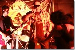 Duberli Fernández, vocalista C.N.I., Marcelo Larenas, en la batería.