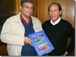 Libro de Villarrica viaja por mar y aire a otros continentes