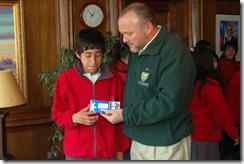 Alcalde Becker entregó becas pro retención a alumnos de Escuela Amanecer