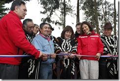 PUYEHUE.-La subsecretaria de Obras Públicas, Loreto Silva Rojas, entrega camino indígena PDI en Puyehue.