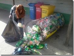 Forjadora Ambiental  clasificando botellas PET  Colegio Centenario