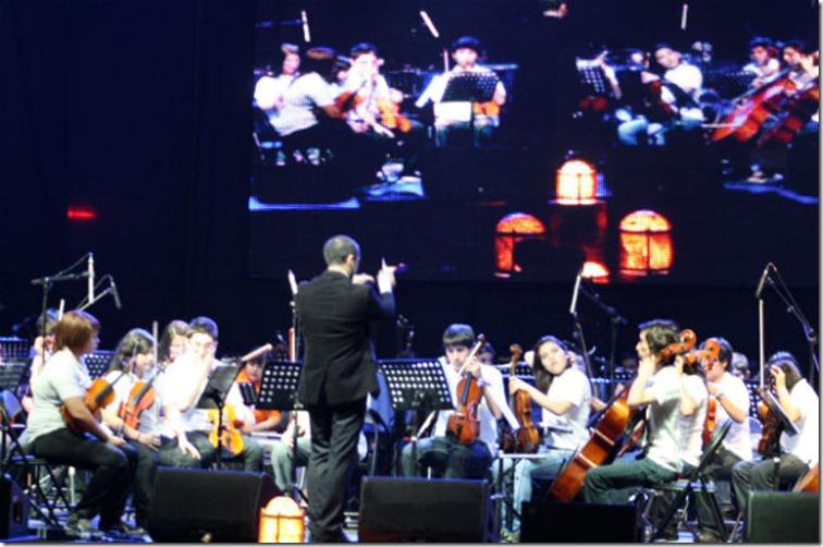 Las-Orquestas-Sinfónicas-Infantiles-de-Los-Andes-Mejillones-y-TilTil-en-plena-actuación-en-el-Teatro-Caupolicán