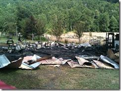 Municipio de Pucón acude a apoyar a familia que perdió todo en un voraz incendio (2)