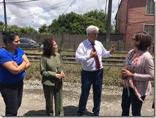 Marisa Kausel junto al alcalde Raúl Schifferli y dirigentes comunales
