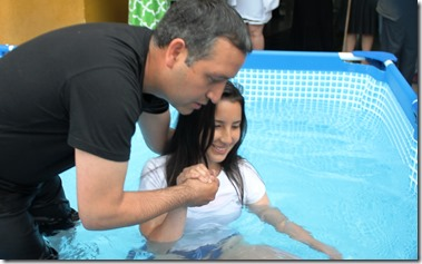 joven lista para ser bautizada en agua