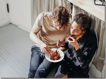 pareja comiendo en el suelo