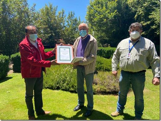Seremi del Trabajo  Patricio Sáenz, Dir ISL Roberto Quintana y Dueño de Huerto, Mario Balmaceda en la entrega de reconocimiento 1